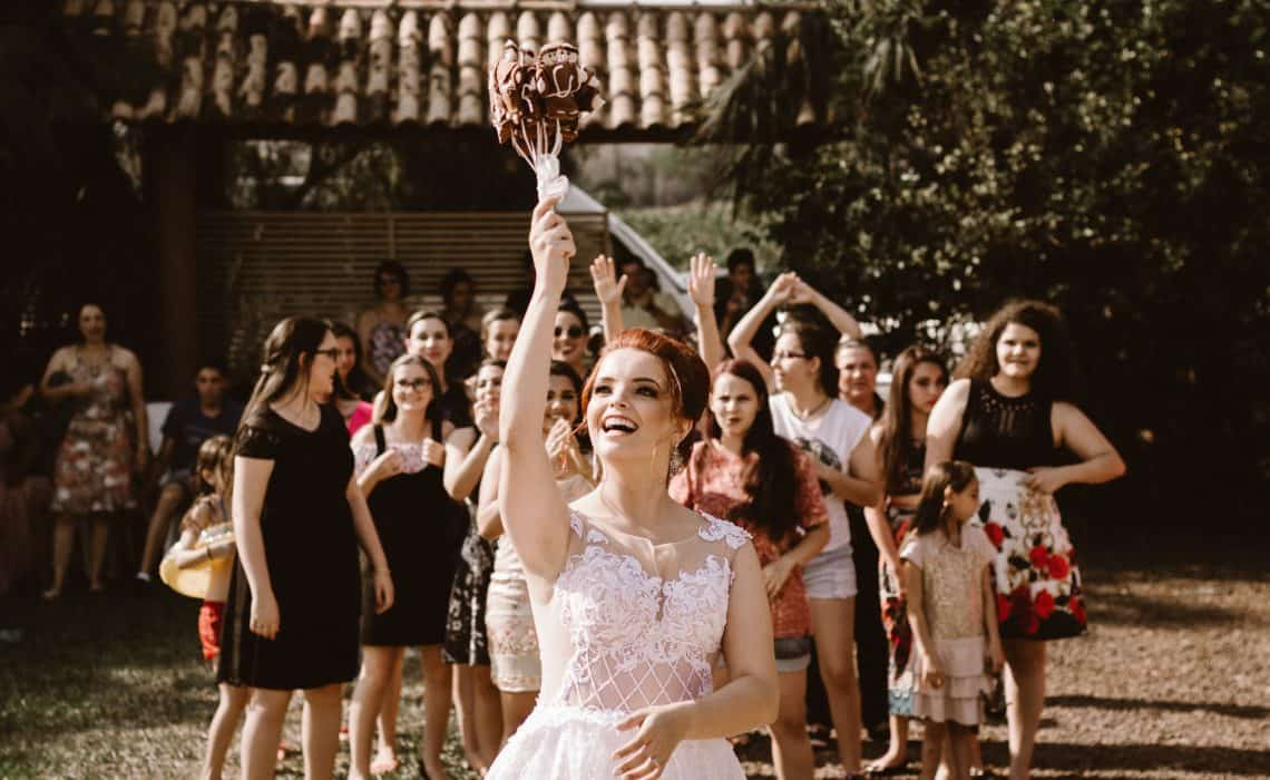 bouquet throw wedding