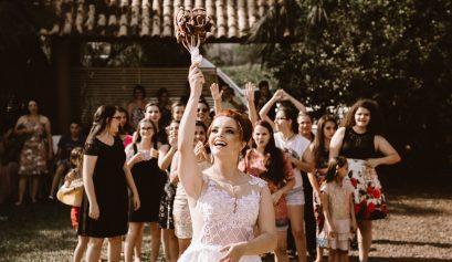 bouquet throw wedding